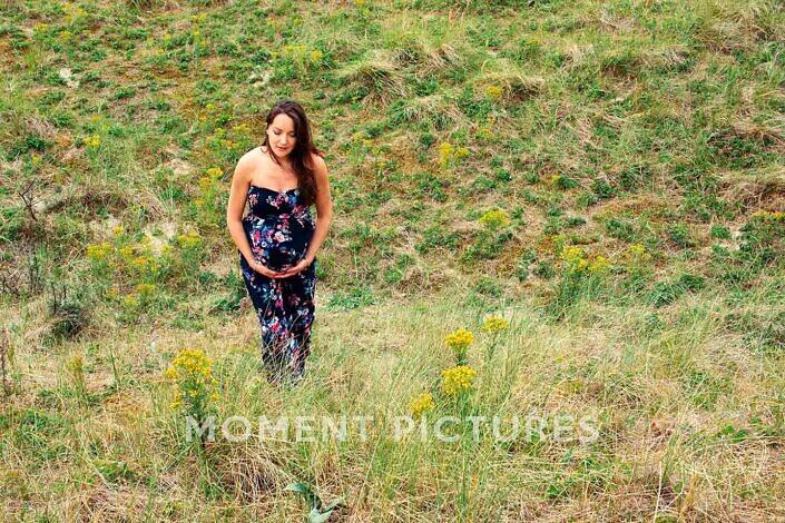 Fotoshoot zwangerschap in het veld